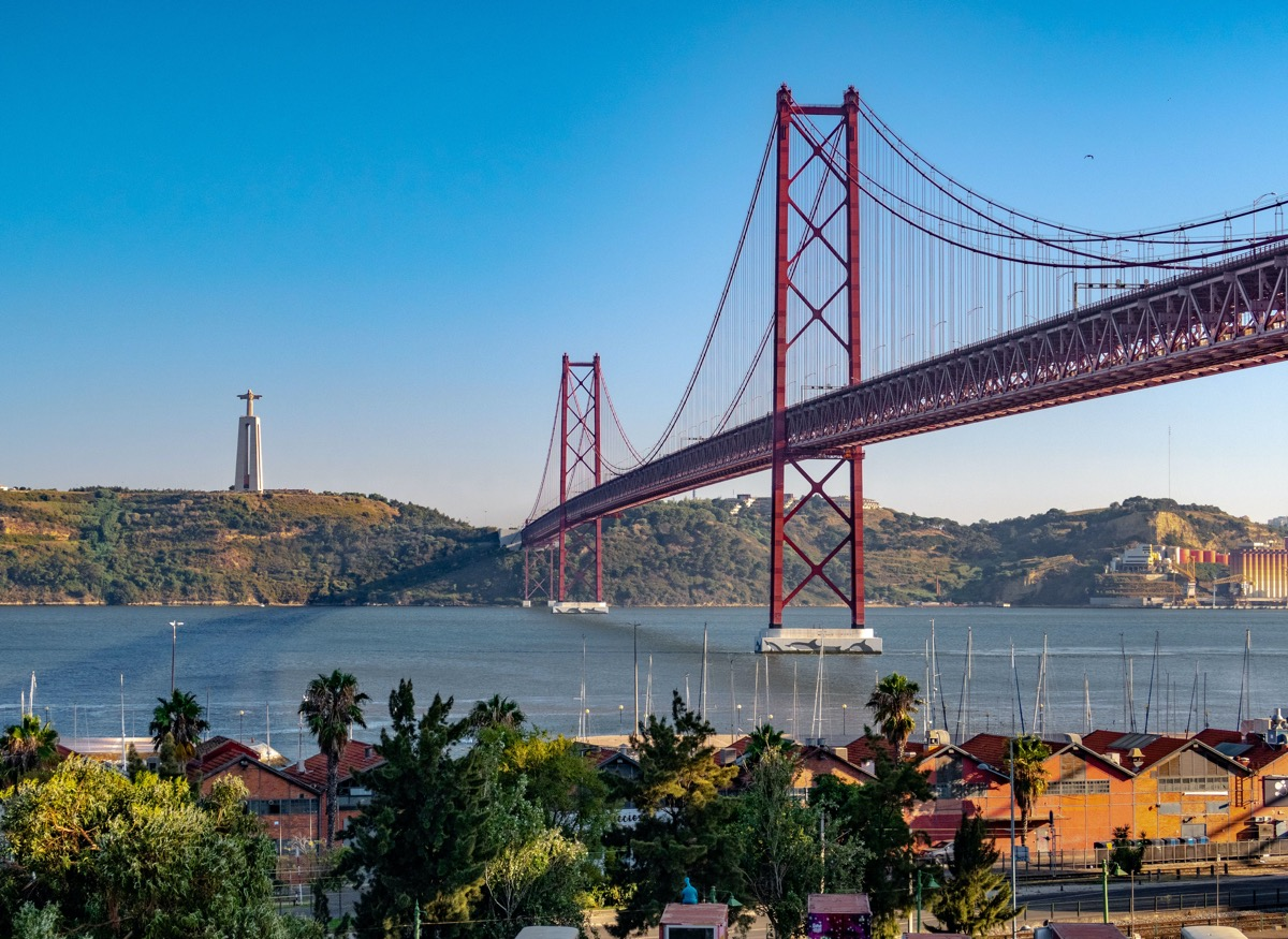 Socha Krista Kráľa a Most 25. apríla v Lisabone